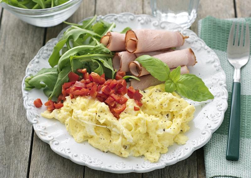 Krämig äggröra med skivad skinka.