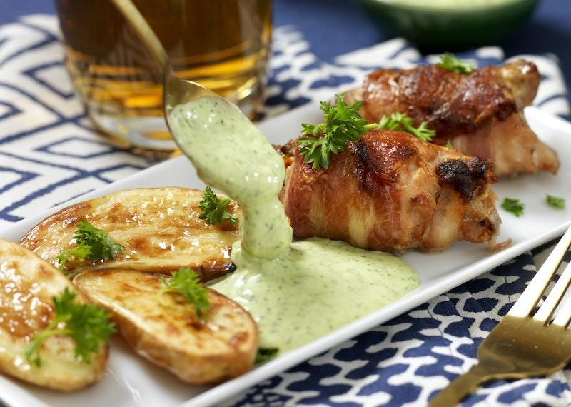 Baconlindad kyckling med grön caesardressing.