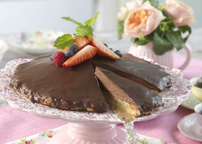 Bittes biskvitårta med mörk choklad.