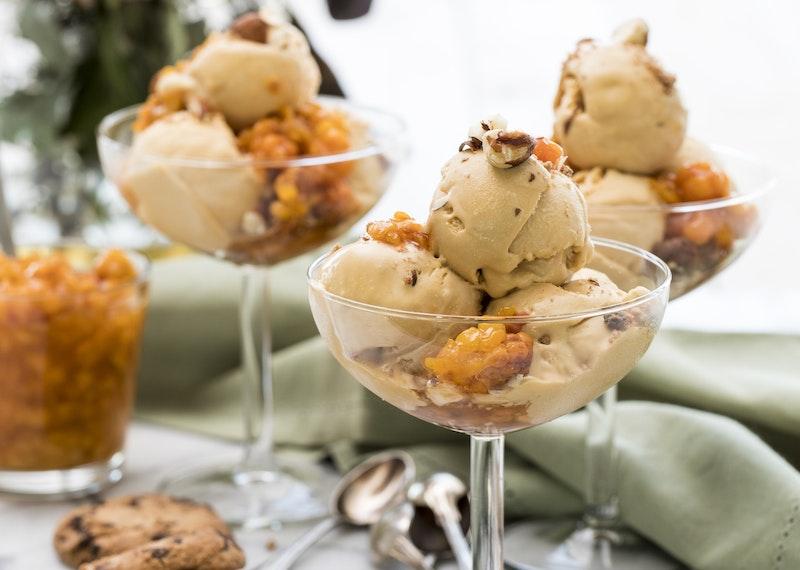 Dulce de leche-glass med hjortron och hasselnötter.