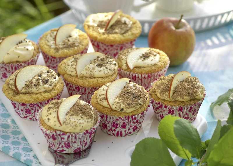 Glutenfria äppelmuffins med kolaglasyr.