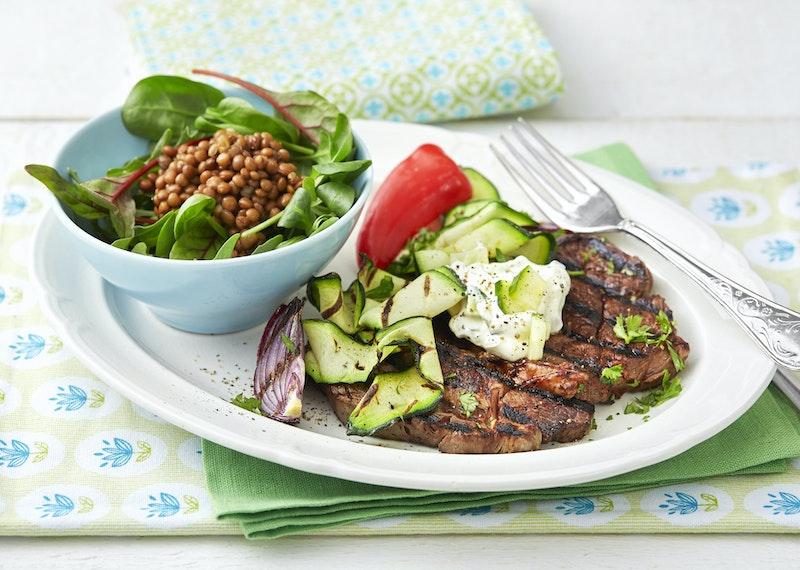 Grillad entrecote med tzatziki och grönsaker.