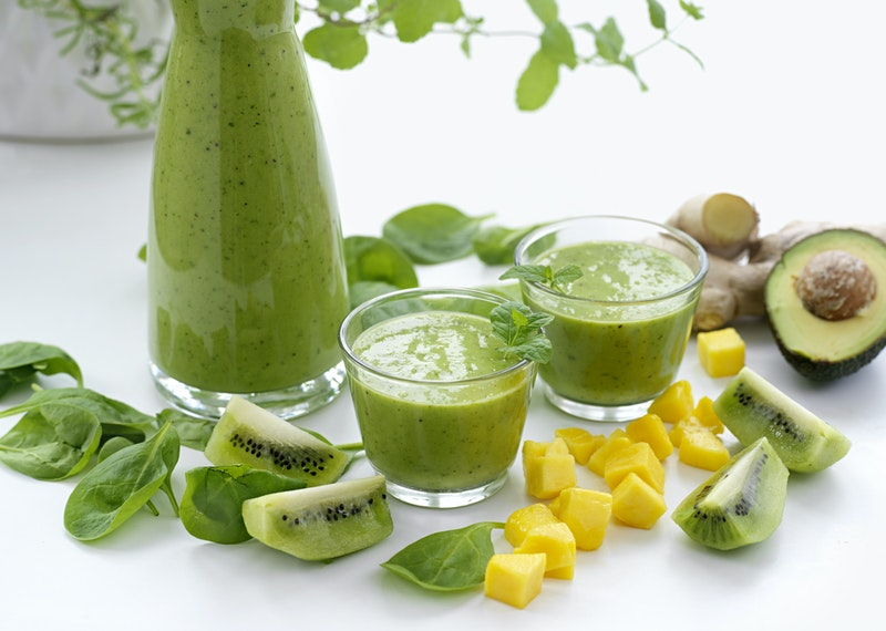 Grön avokadosmoothie med mango