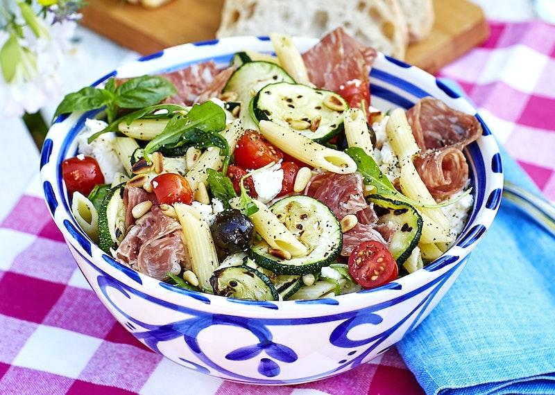 Italiensk pastasallad med salami och mozzarella.