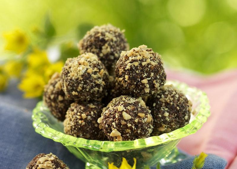 Jordnötsbollar med choklad och aprikos.