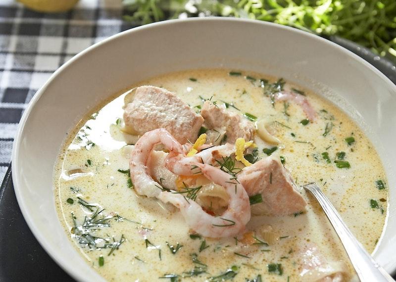 Krämig fisksoppa med räkor, dill och citron.