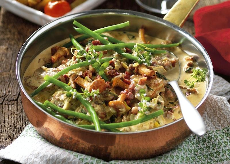 Krämig gryta med fläskfilé, bacon och kantareller