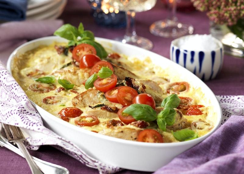 Krämig kycklinggratäng med soltorkad tomat och vitlök.
