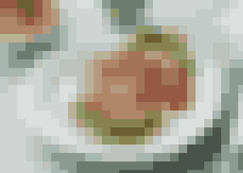 Kycklingbiffar med parmaskinka och mozzarellasallad.