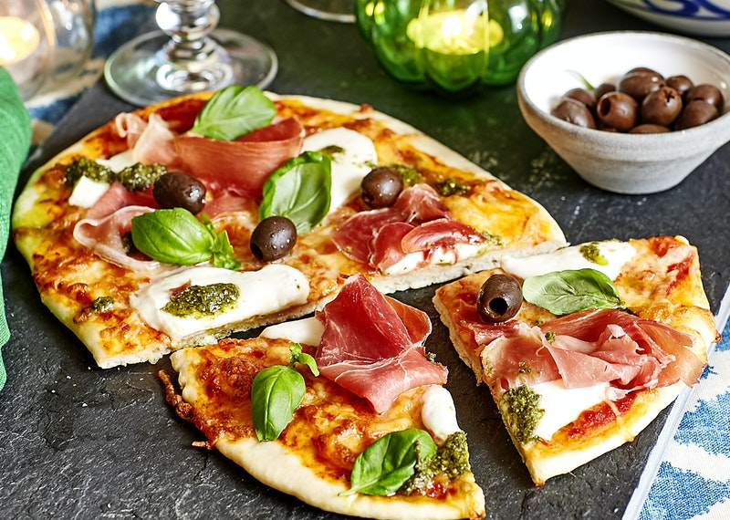 Pizza med mozzarella och pesto.