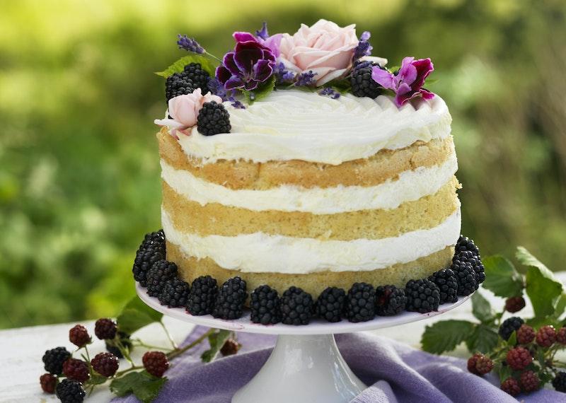Hög tårta med citronfromage och björnbär