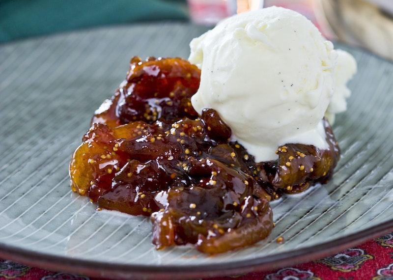 Vinkokt torkad frukt med vaniljglass
